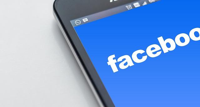 logo facebook su smartphone